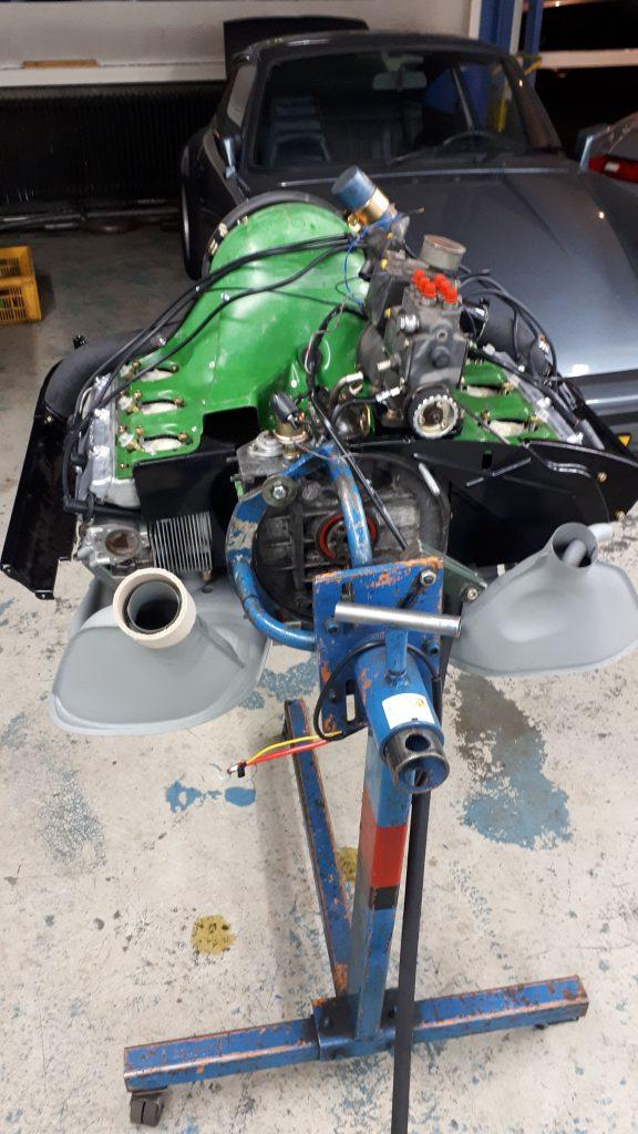 Porsche motor op een draaisteun